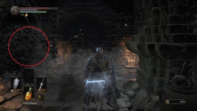 Lasst die Skelettkugel gegen die Mauer rauschen und schnappt euch das Item.