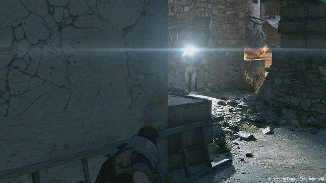 Nur mit Taschenlampen und Suchscheinwerfer erkennen euch die Wachen bei Nacht.