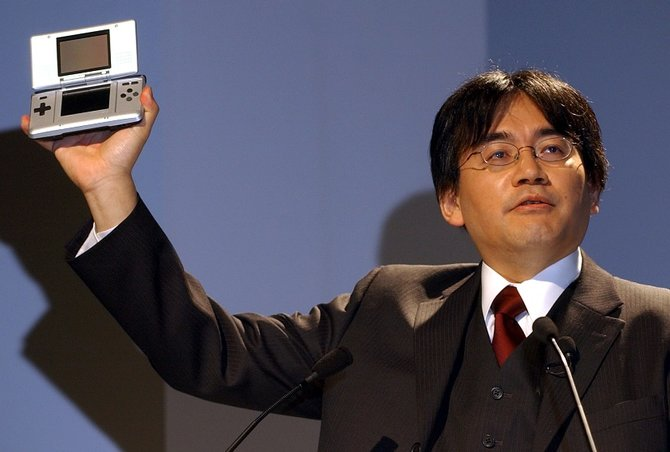 Stolz zeigt Satoru Iwata den fertigen Nintendo DS. Bei der E3 2004 (ein paar Monate zuvor) gab es nur einen Prototyp zu sehen.