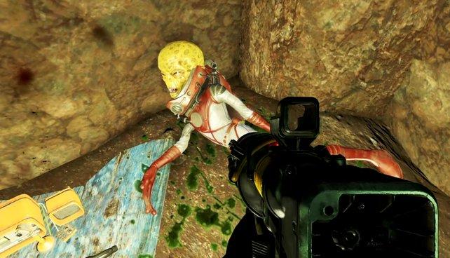 Erledigt das Alien und klaut seine Waffe.