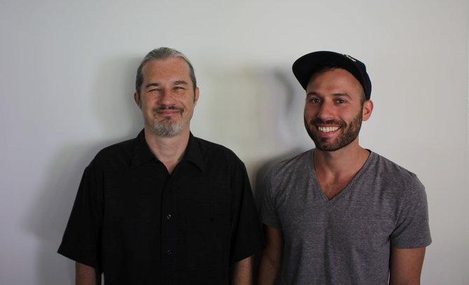 Leitender Spielgestalter Jason Durall (links) und Community Manager Greg Telakis (rechts) von Bigpoint zu Besuch in der spieletipps-Redaktion. Sie präsentieren die Erweiterung Rise of Balor für Drakensang Online.