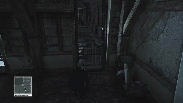 Nehmt das erste Fenster rechts und klettert über das Geländer