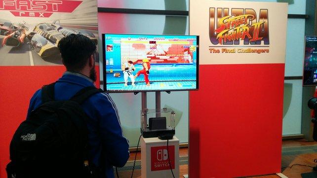 Ken tritt Ryu vors Knie.