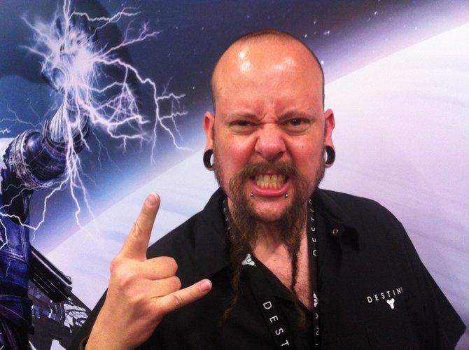 David Shaw vom Destiny-Team, ein Mann mit mächtigem Bart auf der Gamescom 2015.