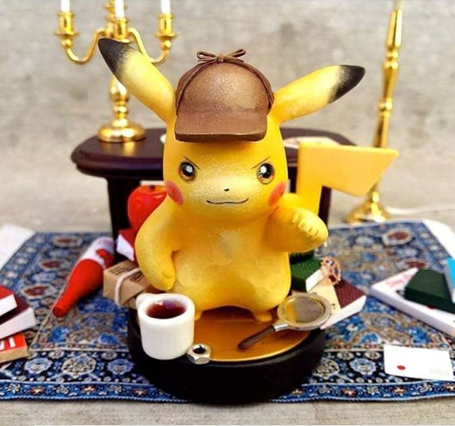 Ein kleines, selbstgemachtes Meisterwerk: Pikachu in Detektivkluft