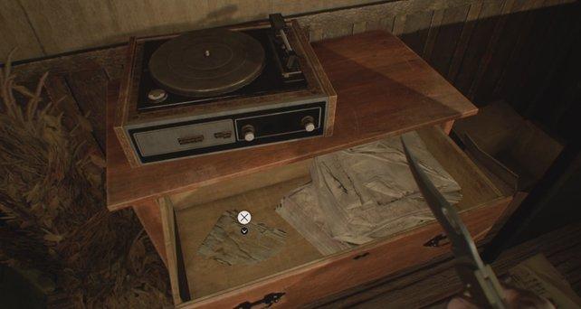 In Schubladen verstecken sich viele Dokumente, Akten und Notizen von Resident Evil 7 - Biohazard.