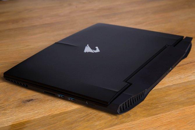Der Aorus X3 von Gigabyte ist ein schlankes 14-Zoll-Notebook, das es in sich hat. Nur kleine Akzente lassen auf den Fokus auf Spieler schließen.