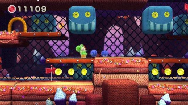 Die Tür oben links führt euch auf die andere Seite des Gitters und der Level dreht sich um euch herum. Einige Kameraschwenks offenbaren, dass Yoshis Welt überhaupt nicht flach ist.