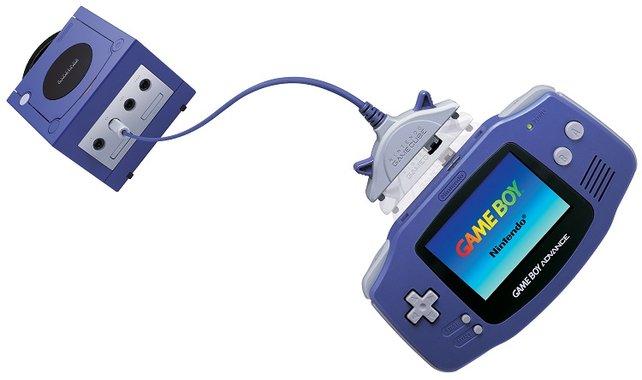 Der Gamecube fällt zum größten Teil in die Amtsgeschäfte von Iwata. Ihm kommt auch die Verantwortung zu, mehr oder weniger nützliche Symbiosen der beiden damaligen Nintendo-Flaggschiffe abzusegnen (rechts der Gameboy Advance, der ebenfalls 2001 erscheint).