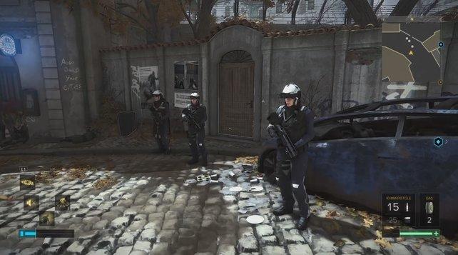 Diese drei Polizisten befinden sich in der Nähe von Drahomir - die Frau in der Mitte hilft euch.
