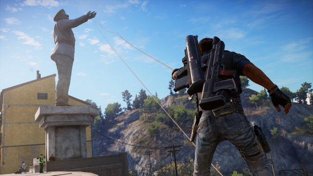 Per Greifhaken zerlegt Rico die Statue.