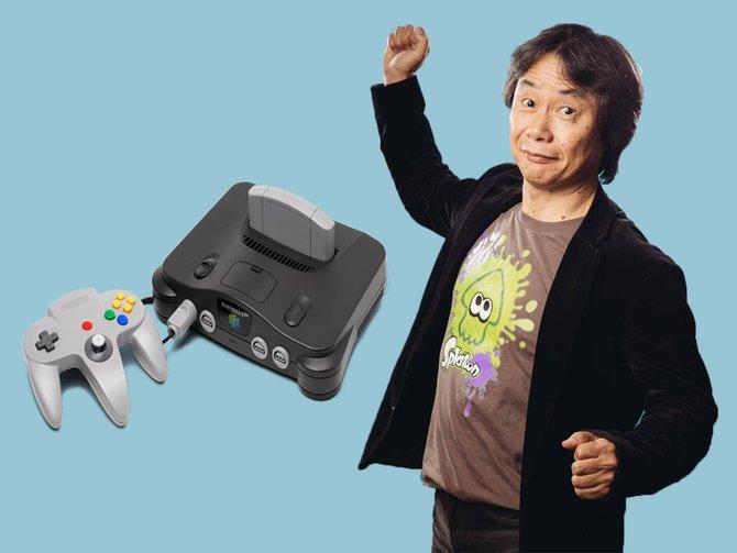Das Nintendo 64 und der 64-jährige Shigeru Miyamoto. Miyamoto war maßgeblich daran beteiligt, dass der Controller des N64 mit einem Analog-Stick ausgestattet wurde. Die Folge: Die Veröffentlichung der Konsole verschob sich.