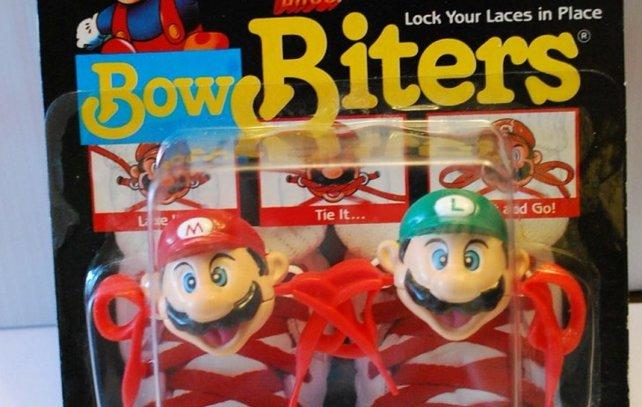 Schuhbindhilfen in Form der Gebrüder Mario? Kein Problem für Kinder der Zeit um 1990. Damals ist das Mariofieber in der westlichen Welt auf dem Höhepunkt.