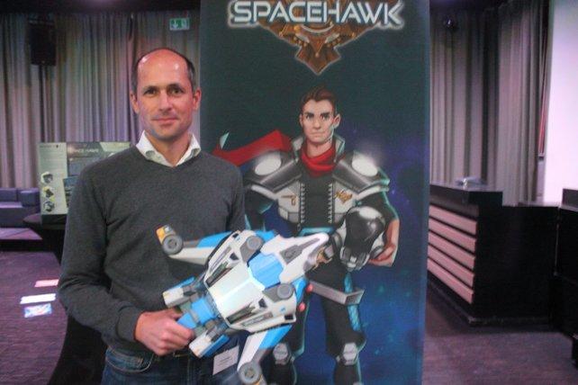 Thomas Bleyer, Geschäftsführer von Ravensburger Digital, präsentiert in Berlin das neue Space Hawk.