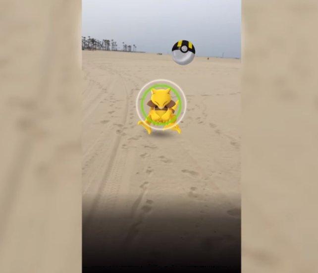 Draußen am Strand: Dieses Abra versuchen wir mit einem Hyperball zu fangen.