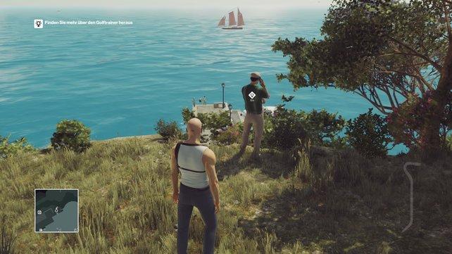 Der Golflehrer wird nahe an der Klippe stehen bleiben