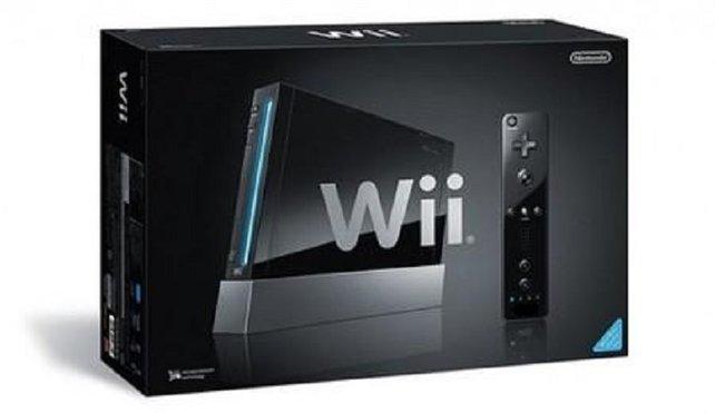 Lange Zeit ist die Wii nur in Weiß erhältlich. Alle anderen Farbvarianten verkauft Nintendo nur in limitierter Auflage und erst lange nach dem Erscheinungstag der ersten Wii.