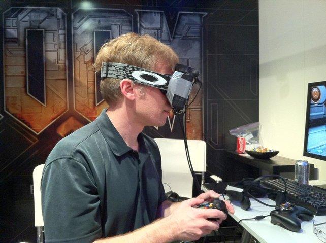 Der Startschuss für Oculus Rift: Doom-Schöpfer John Carmack probiert einen frühen Prototypen der VR-Brille aus.