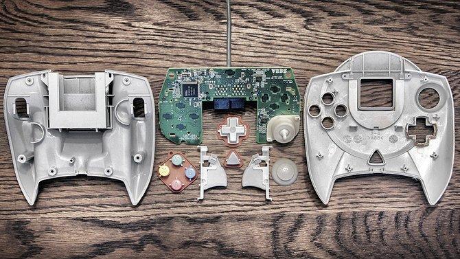 Blick ins Innere: So sieht ein Dreamcast-Controller aus, wenn man ihn in seine Einzelteile zerlegt.