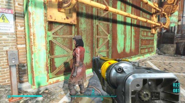 Piper wartet vor dem Eingangstor, sie wird zunächst nicht eingelassen!