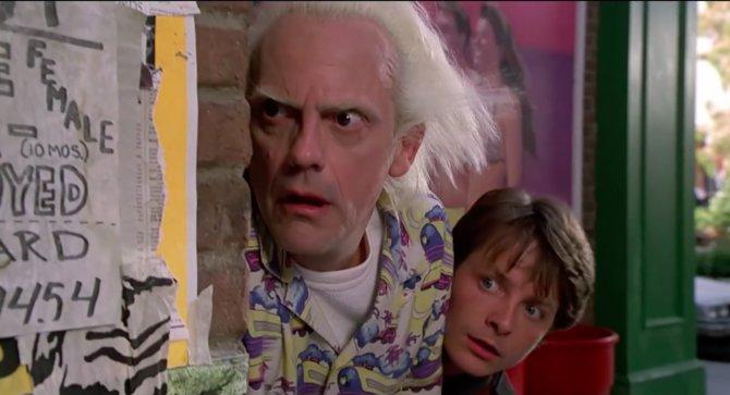 """Kennt ihr die Beiden? Die Filmszene aus """"Zurück in die Zukunft 2"""" zeigt die Charaktere Doc Brown und Marty McFly."""