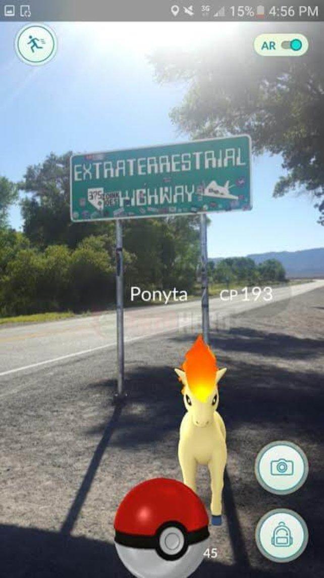 """Ein Ponita vor einem Schild auf dem """"Extraterrestrische Autobahn"""" steht. Quelle: http://fraghero.com/we-went-to-area-51-to-play-pokemon-go-and-you-wont-believe-what-we-found/"""