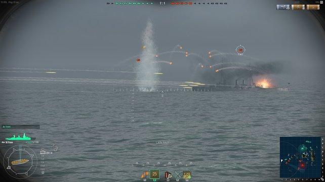 Dieses Feindschiff ist sehr nahe, weswegen ihr nicht mehr so weit vorhalten müsst. Achtet aber darauf, immer auf die Wasserlinie zu zielen.