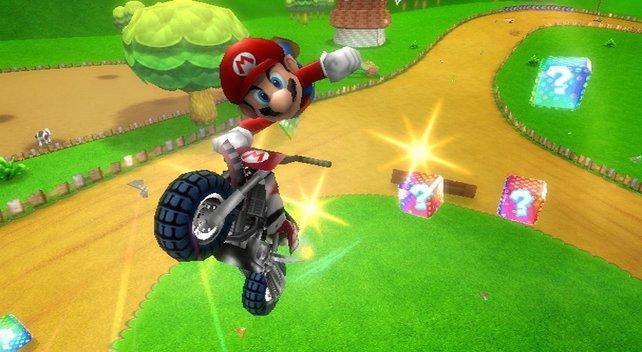 Zu Mario Kart Wii, dem zweiterfolgreichsten Mario-Spiel überhaupt, gehört das Wii-Wheel. Wär ja auch komisch, wenn ausgerechnet der Wii mit ihren vielen Plastikerweiterungen ein Lenkrad-Controller entgangen wäre.