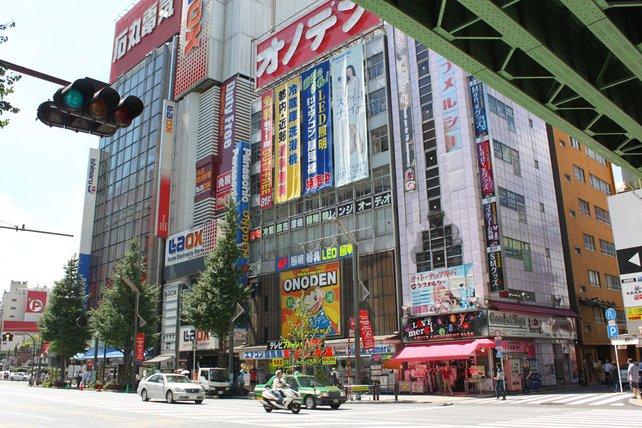 Kunterbunte Häuserfronten entlang der Hauptstraßen und den Nebenstraßen markieren das Einkaufsareal.