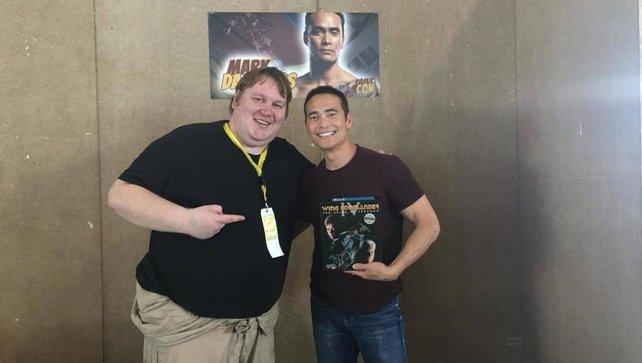 Unser Redakteur Sven mit Mark Dacascos und der PC-Version von Wing Commander 4.
