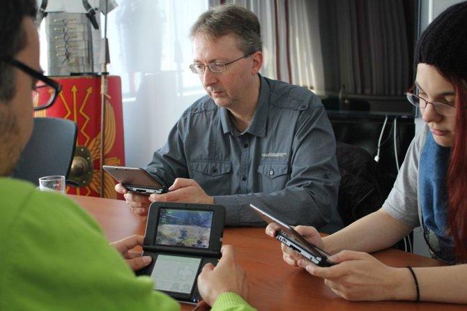 Gemeinsam mit Harald Ebert von Nintendo (Mitte) wagen Carina und Micky aus der spieletipps-Redaktion die ersten Schritte in Monster Hunter 4 Ultimate.