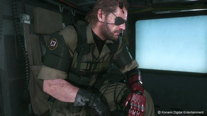 Metal Gear Solid 5 - The Phantom Pain: Snake besitzt keinen linken Arm mehr, weshalb eine Prothese herhalten muss.
