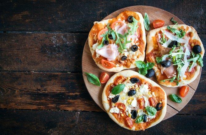 Mini-Pizzen sind nicht nur handlich und köstlich. Auch können sie ganz unterschiedlich belegt werden - lasst eurer Fantasie freien Lauf.