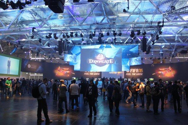Der EA-Stand wirkt wie letztes Jahr wie eine große Arena, flankiert von Spielbereichen.