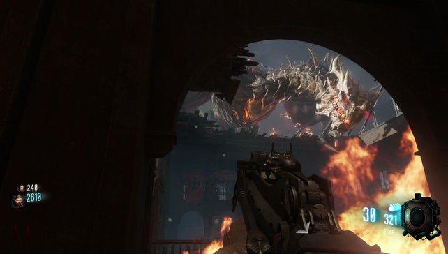 Der immer wieder auftauchende Drache spuckt flächendeckend Feuer über wechselnde Areale.