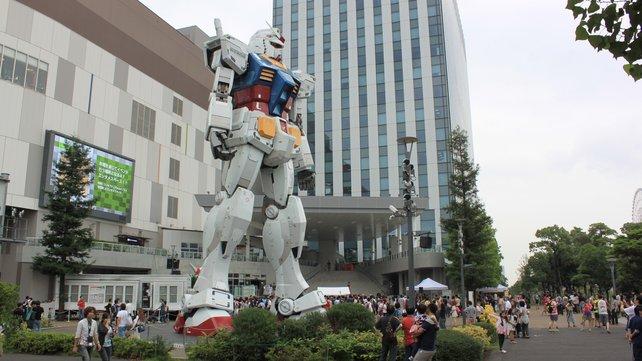Inmitten der Odaiba-Insel wacht ein gigantischer Gundam-Mecha über das Geschehen.