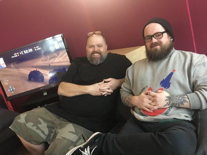 Jason Garber und George Morgan präsentieren ihr Spiel Carmageddon Max Damage in der spieletipps-Redaktion.