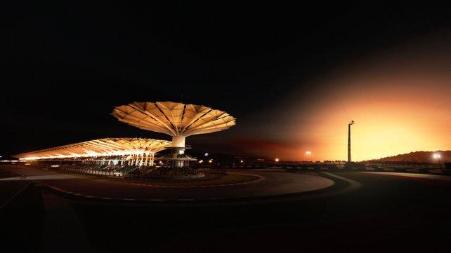 Insgesamt soll es über 100 Rennstrecken auf 22 verschiedenen Orten der Erde geben. Darunter auch diese pittoreske Strecke im Sonnenuntergang.