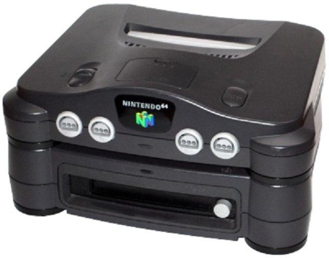 Das N64 DD kommt nur auf den japanischen Markt - ein sinnloses Gerät, denn die Speicherkapazität, die es mit seinen Disketten erweitern soll, bieten die Module schon selbst, als es Ende 1999 erscheint.