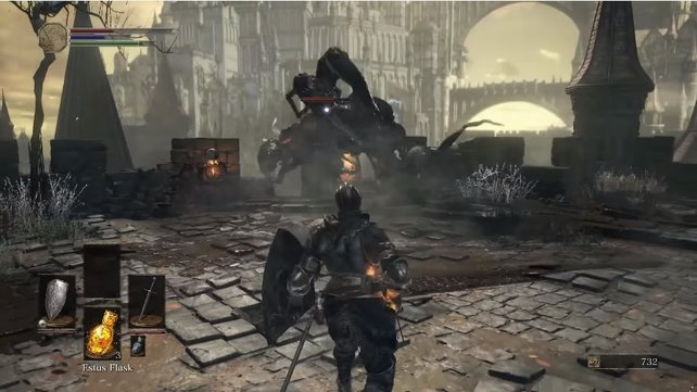Die Hohe Mauer von Lothric birgt einige Gefahren. Dieses schwarze Etwas ist eine davon.