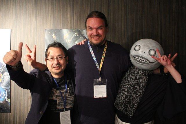 Ein Erinnerungsfoto mit Yosuke Saito, Yoko Taro (mit Maske) und mit in der Mitte nach meinem Interview zu Nier New Project.