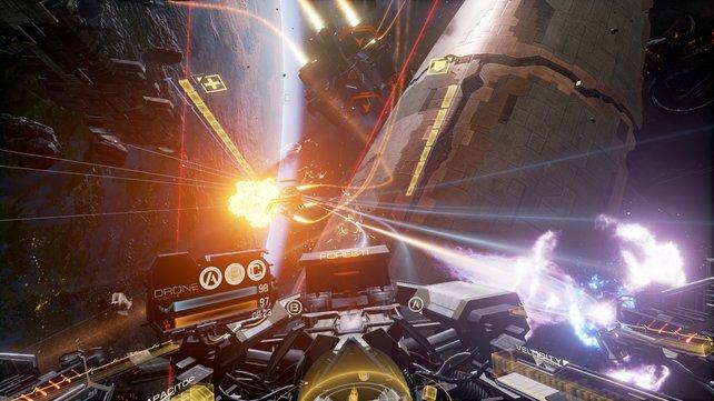 Zwischen übergroßen Raumkreuzern bestreitet ihr heiße Weltall-Schlachten.
