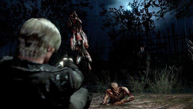 Auch liegend erwehrt sich Leon den Untoten aus der Dunkelheit.