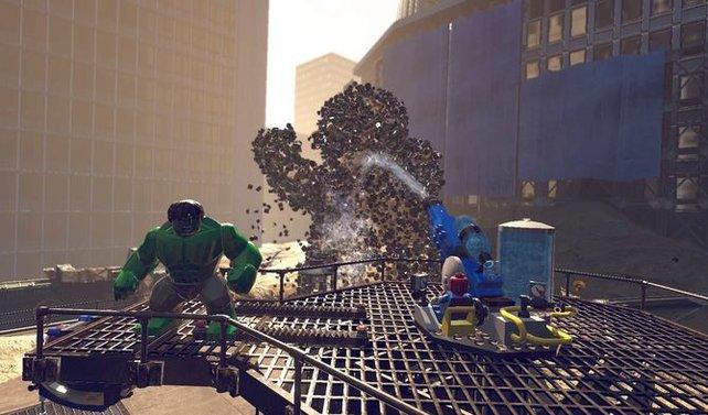 Spiderman schwächt den Bossgegener mit dem Wasserwerfer.