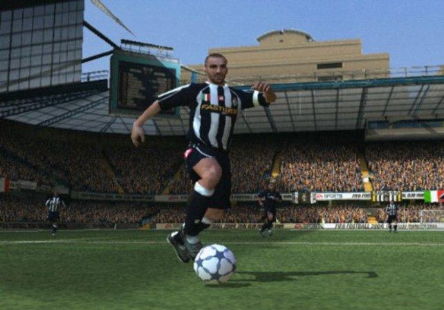 Nur gute Techniker beherrschen in Fifa 2004 solch eine enge Ballführung