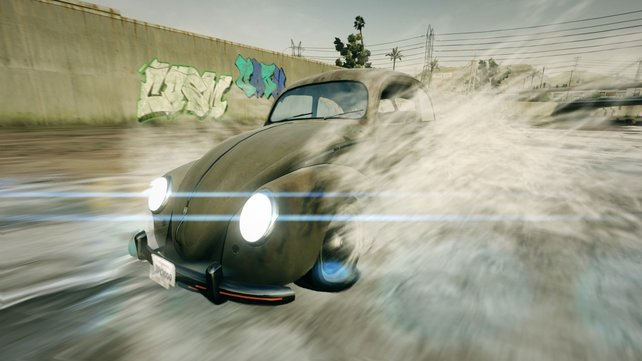 Dieser VW Käfer nimmt ein Bad. Kein Wunder, dass er so rostet.