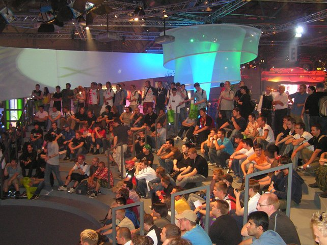 Das zahlreiche Publikum lauscht der Microsoft-Präsentation.