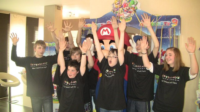 Hauptgewinner Lucas (Dritter von rechts) und seine Freunde feiern ihre Mario-Party.