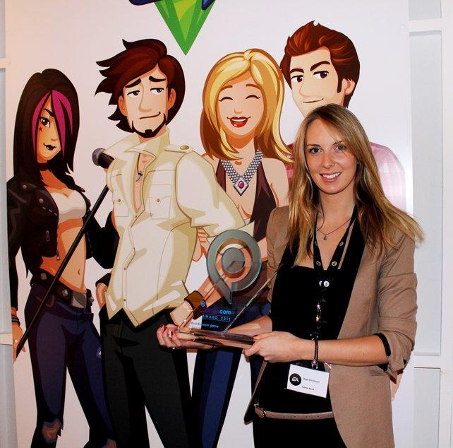 Entwicklerin Stephanie Guyon freut sich über den verliehenen Preis auf der Spielemesse Gamescom.