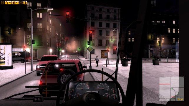 Auch nachts trefft ihr auf Autofahrer und Fußgänger.